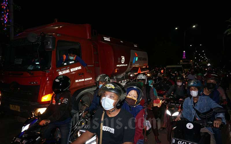 Pemudik sepeda motor memadati jalur pantura Karawang, Jawa Barat, Senin (10/5/2021). Petugas gabungan melakukan penyekatan dan pemeriksaan dokumen terhadap kendaraan yang melintas di lokasi tersebut. H-3 jelang Hari Raya Idul Fitri 1442 H, volume kendaraan yang melintas di jalur pantura dari arah Jakarta menuju Jawa Tengah mengalami peningkatan. Bisnis/Suselo Jati