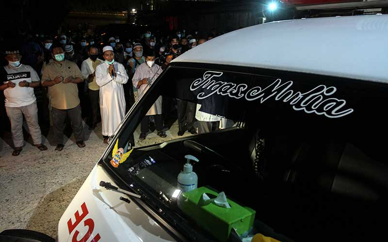 Sejumlah anggota keluarga dan kerabat berdoa bersama usai menshalatkan jenazah Ustadz Tengku Zulkarnain yang meninggal dunia akibat Covid-19 di halaman samping RS Tabrani Pekanbaru, Riau, Senin (10/5/2021) malam. Ustadz Tengku Zulkarnain meninggal dunia pada Senin (10/5/2021) akibat Covid-19 dan akan dimakamkan di pemakaman khusus COVID-19 di Palas, Rumbai. ANTARA FOTO/Rony Muharrman