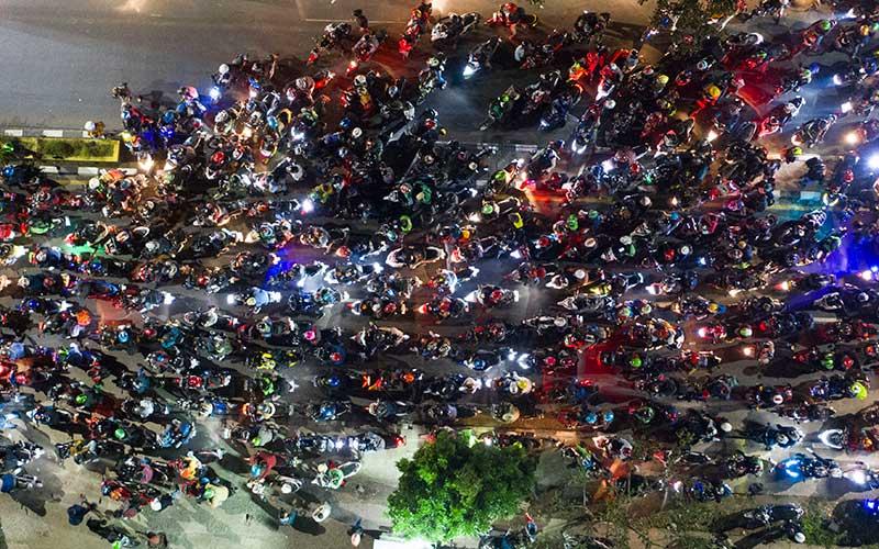 Pemudik sepeda motor terjebak kemacetan saat melintasi posko penyekatan mudik di Kedungwaringin, Kabupaten Bekasi, Jawa Barat, Selasa (11/5/2021) dini hari. Petugas gabungan memutar balikan ribuan pemudik yang melintasi pos penyekatan perbatasan Bekasi -Karawang, Jawa Barat. ANTARA FOTO/Wahyu Putro A