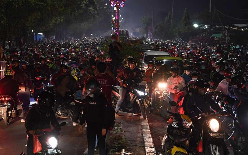 Pemudik sepeda motor terjebak kemacetan saat melintasi posko penyekatan mudik di Kedungwaringin, Kabupaten Bekasi, Jawa Barat, Senin (10/5/2021). Petugas gabungan memutar balikan ribuan pemudik yang melintasi pos penyekatan perbatasan Bekasi -Karawang, Jawa Barat. ANTARA FOTO/Wahyu Putro A