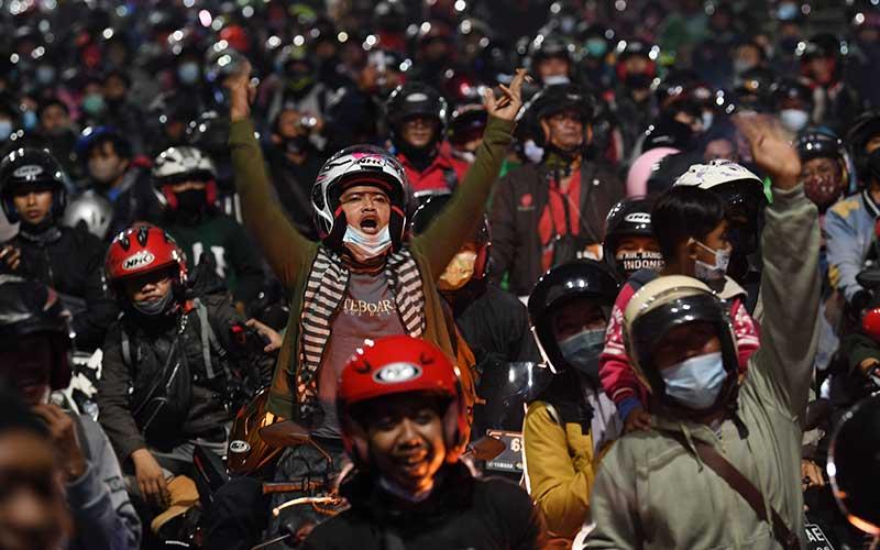 Pemudik menggunakan sepeda motor terjebak kemacetan saat melintasi posko penyekatan mudik di Kedungwaringin, Kabupaten Bekasi, Jawa Barat, Senin (10/5/2021). Petugas gabungan memutar balikan ribuan pemudik yang melintasi pos penyekatan perbatasan Bekasi -Karawang, Jawa Barat. ANTARA FOTO/Wahyu Putro A