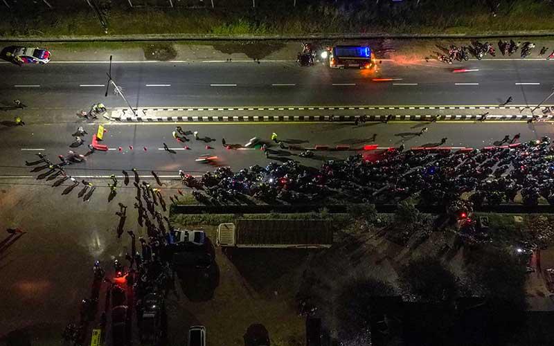 Pemudik sepeda motor terjebak kemacetan saat melintasi posko penyekatan mudik di jalur Pantura Patokbeusi, Subang, Jawa Barat, Selasa (11/5/2021) dini hari. Petugas gabungan memutar balik pemudik yang melintasi jalur pantura Subang pada H-2 jelang Hari Raya Idul Fitri 1442 H. ANTARA FOTO/M Ibnu Chazar