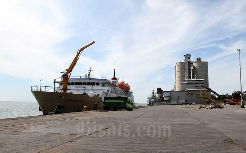 KM Sirimau bersandar di dermaga Pelabuhan Makassar, Sulawesi Selatan, Selasa (11/5/2021). PT Pelayaran Indonesia (Persero) mengistirahatkan seluruh armadanya untuk mengankut penumpang dan hanya ada 9 kapal yang melayani angkutan logistik selama pembatasan mudik. Bisnis/Paulus Tandi Bone