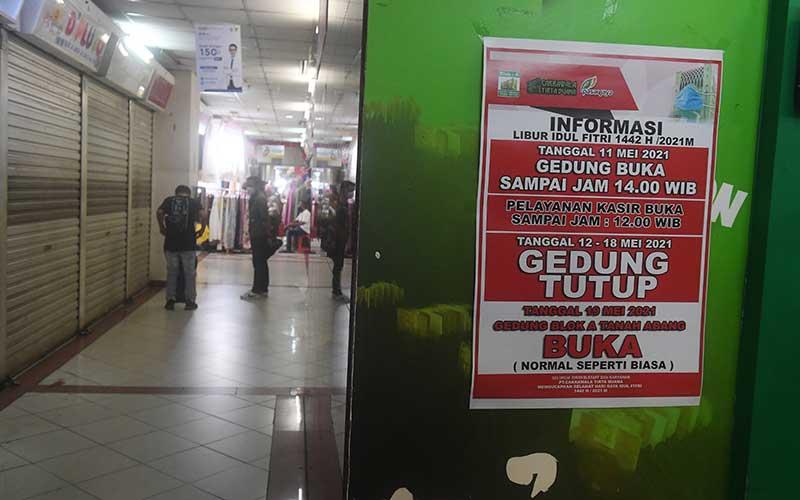 Poster pengumuman penutupan Pasar Tanah Abang tertempel di salah satu sudut pasar tersebut di Jakarta, Selasa (11/5/2021). Pasar Tanah Abang ditutup dalam rangka libur lebaran hingga 18 Mei 2021. ANTARA FOTO/Akbar Nugroho Gumay