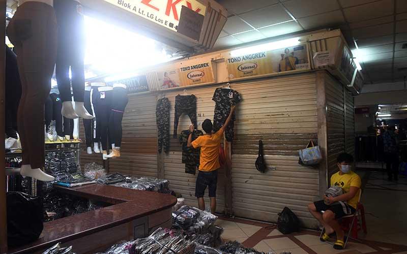 Pedagang merapikan dagangannya saat penutupan Pasar Tanah Abang di Jakarta, Selasa (11/5/2021). Pasar Tanah Abang ditutup dalam rangka libur lebaran hingga 18 Mei 2021. ANTARA FOTO/Akbar Nugroho Gumay