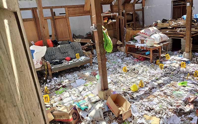 Petugas Inafis (Indonesia Automatic Fingerprint Identification System) Polres Tulungagung mencari bukti petunjuk dan olah TKP di rumah yang menjadi lokasi ledakan petasan di Desa Sukorejo Wetan, Tulungagung, Jawa Timur, Selasa (11/5/2021).  Sedikitnya dua pemuda tewas dan tujuh lainnya luka bakar serius akibat ledakan beruntun 205 petasan yang sedang mereka rakit untuk perayaan malam Lebaran 1442 H tersebut. ANTARA FOTO/Destyan Sujarwoko