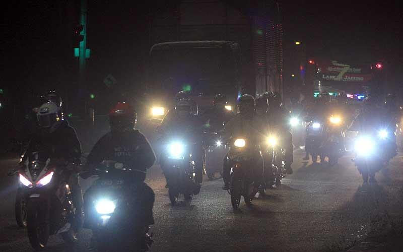 Pemudik sepeda motor memadati jalur pantura Widasari, Indramayu, Jawa Barat, Selasa (11/5/2021) malam. Memasuki H-2 jelang Hari Raya Idul Fitri 1442 H, volume kendaraan yang melintas di jalur pantura Indramayu dari arah Jakarta menuju Jawa Tengah mengalami peningkatan. ANTARA FOTO/Dedhez Anggara