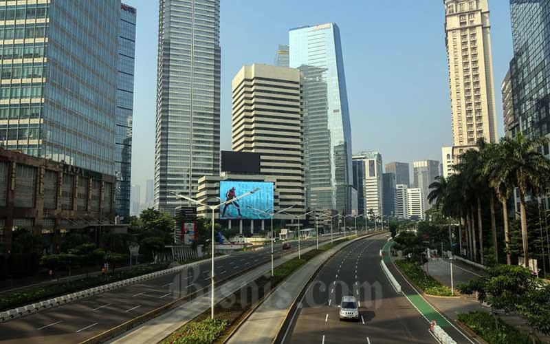 Kendaraan melintas di Jalan Sudirman, Jakarta, Kamis (13/5/2021). Sejumlah ruas jalan protokol di Ibu Kota relatif lengang karena bertepatan dengan hari raya Idul Fitri 1442 H. Bisnis/Eusebio Chrysnamurti