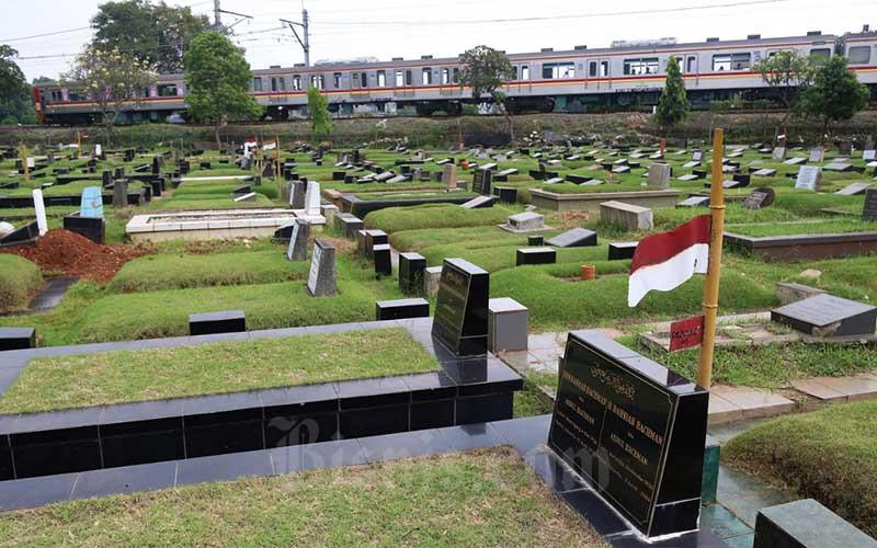 Suasana sepi di Taman Pemakaman Umum (TPU) Tanah Kusir, Jakarta, Kamis (13/5/2021). Sepinya peziarah saat hari pertama Lebaran di tempat tersebut akibat adanya penutupan TPU di DKI Jakarta hingga 16 Mei 2021, penutupan seluruh TPU di Ibu Kota itu dilakukan untuk mengurangi mobilisasi warga selama Lebaran demi mengantisipasi risiko peningkatan kasus penularan Covid-19. Bisnis/Eusebio Chrysnamurti