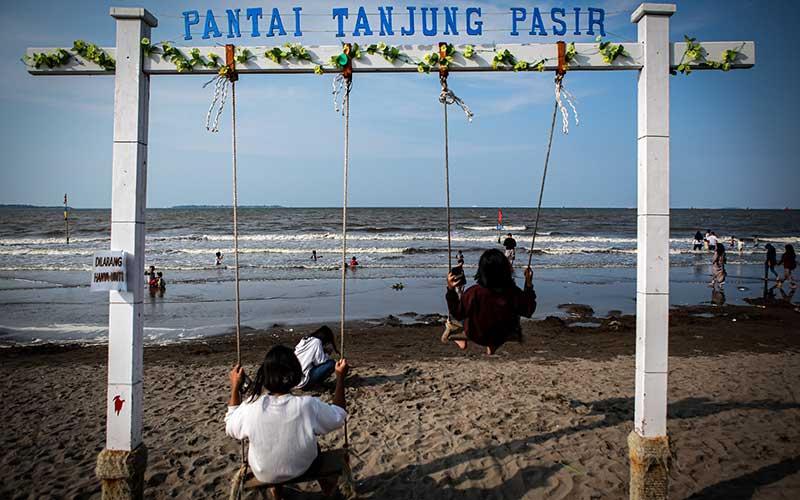 Sejumlah bocah bermain di Pantai Tanjung Pasir, Kabupaten Tangerang, Banten, Minggu (16/5/2021). Pemerintah Provinsi Banten menutup objek wisata di Banten sejak 15 Mei hingga 30 Mei 2021 guna mencegah penularan Covid-19 pada klaster libur Idul Fitri 1442 H. ANTARA FOTO/Fauzan