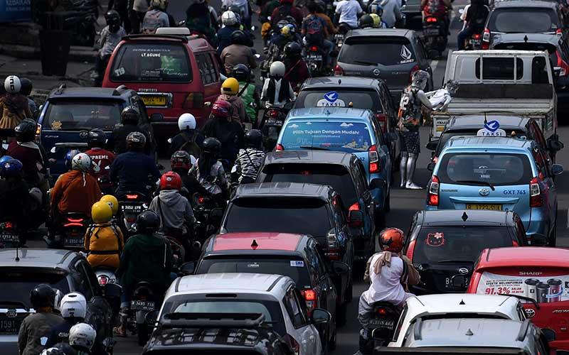 Pengendara motor dan mobil melintasi Jalan Margonda Raya arah Jakarta di Depok, Jawa Barat, Minggu (16/5/2021). Kementerian Perhubungan memprediksi puncak arus mudik lokal di wilayah aglomerasi terjadi pada 16 Mei 2021. ANTARA FOTO/Sigid Kurniawan