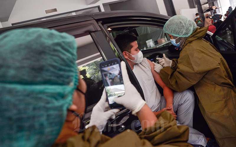 Artis Haykal Kamil melakukan vaksinasi Covid-19 dosis kedua di Gereja Kristen Indonesia (GKI) Pondok Indah, Jakarta, Senin (17/5/2021). Vaksinasi Covid-19 diberikan kepada 120 orang secara drive thru. Vaksinasi ini dilakukan untuk mempercepat pemulihan sektor ekonomi kreatif di Tanah Air. Bisnis/Fanny Kusumawardhani