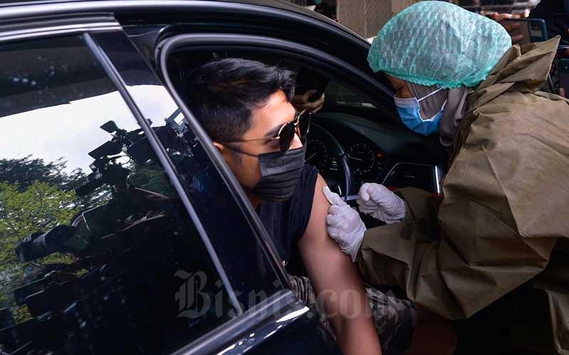 Artis Arya Saloka melakukan vaksinasi Covid-19 dosis kedua di Gereja Kristen Indonesia (GKI) Pondok Indah, Jakarta, Senin (17/5/2021). Vaksinasi Covid-19 diberikan kepada 120 orang secara drive thru. Vaksinasi ini dilakukan untuk mempercepat pemulihan sektor ekonomi kreatif di Tanah Air. Bisnis/Fanny Kusumawardhani