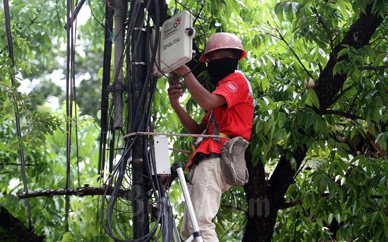 Teknisi melakukan pemeriksaan jaringan kabel Indihome di Makassar, Sulawesi Selatan, Senin (17/5/2021). IndiHome mencatat kinerja apik dengan membukukan pendapatan hingga Rp22,2 triliun pada 2020 dengan jumlah pelanggan 8,02 juta. Bisnis/Paulus Tandi Bone