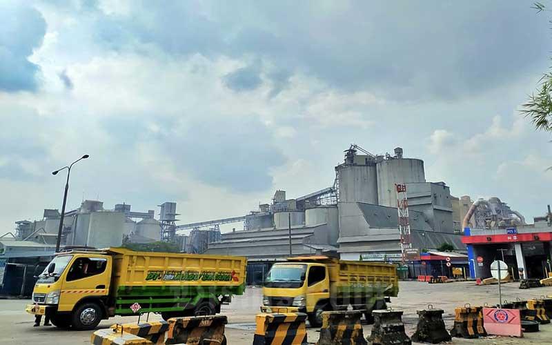 Pemandangan pabrik semen milik PT Indocement Tunggal Prakarsa Tbk. di Kabupaten Bogor, Senin (17/5/2021). Konsumsi semen nasional per April tercatat tumbuh 8,6 persen menjadi 4,8 juta ton. Hal tersebut membuat konsumsi semen selama 4 bulan pertama 2021 mengalami pertumbuhan sebesar 3,7 persen menjadi 19,76 juta ton. Pertumbuhan tersebut diperkirakan berasal dari kegiatan konstruksi yang terus bergerak sejak akhir kuartal I/2021. Bisnis/Abdurachman