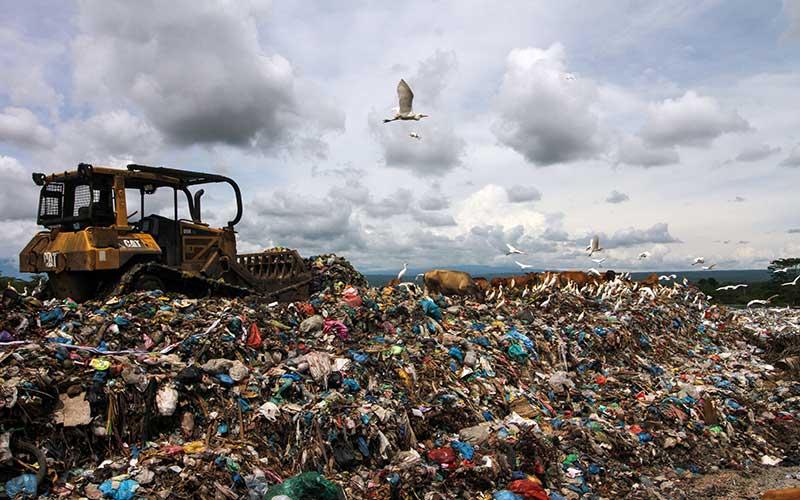 Pekerja menggunakan alat berat meratakan sampah di Tempat Pembuangan Akhir (TPA) Alue Lim, Kota Lhokseumawe, Aceh, Senin (17/5/2021). Selama Ramadhan dan lebaran Hari Raya Idul Fitri 1442 H volume sampah di kota itu meningkat menjadi 95 ton per hari, dari biasanya 60 ton per hari. ANTARA FOTO/Rahmad