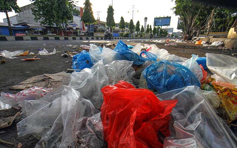 Sejumlah sampah ditumpuk di pinggir jalan protokol pusat Kota Lhokseumawe, Aceh, Senin (17/5/2021). Selama Ramadhan dan lebaran Hari Raya Idul Fitri 1442 H volume sampah di kota itu meningkat menjadi 95 ton per hari, dari biasanya 60 ton per hari. ANTARA FOTO/Rahmad