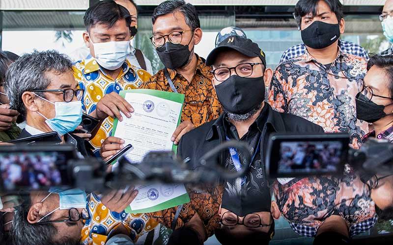Direktur Pembinaan Jaringan Kerja Antar Komisi dan Instansi di KPK, Sujanarko (kiri) mendampingi Penyidik senior Komisi Pemberantasan Korupsi (KPK) Novel Baswedan (ketiga kanan) menjawab pertanyaan awak media di Kantor Dewan Pengawas (Dewas) KPK, Gedung KPK lama, Kuningan, Jakarta, Senin (17/5/2021). Perwakilan 75 pegawai KPK yang dinonaktifkan akibat tidak lolos tes wawasan kebangsaan (TWK) tersebut melaporkan Dewas KPK Indriyanto Seno Adji yang diduga telah melakukan pelanggaran etik sebagai anggota Dewas, berupa turut serta dalam kegiatan operasional. ANTARA FOTO/M Risyal Hidayat