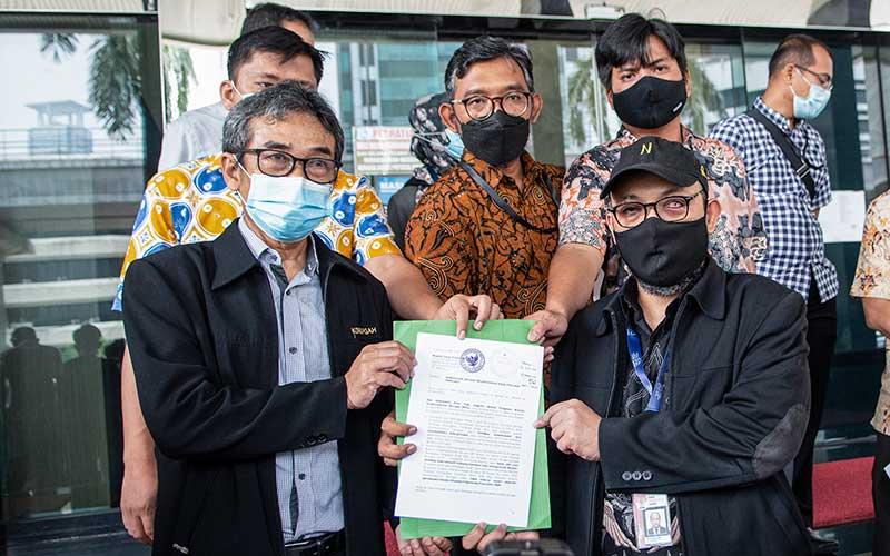 Direktur Pembinaan Jaringan Kerja Antar Komisi dan Instansi di KPK, Sujanarko (kiri) didampingi Penyidik senior Komisi Pemberantasan Korupsi (KPK) Novel Baswedan (kanan) menunjukkan surat pelaporan pada awak media di Kantor Dewan Pengawas (Dewas) KPK, Gedung KPK lama, Kuningan, Jakarta, Senin (17/5/2021). Perwakilan 75 pegawai KPK yang dinonaktifkan akibat tidak lolos tes wawasan kebangsaan (TWK) tersebut melaporkan Dewas KPK Indriyanto Seno Adji yang diduga telah melakukan pelanggaran etik sebagai anggota Dewas, berupa turut serta dalam kegiatan operasional. ANTARA FOTO/M Risyal Hidayat