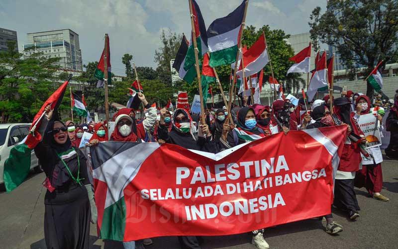 Massa aksi yang tergabung dalam Korps Alumni Himpunan Mahasiswa Islam (KAHMI) melakukan aksi Solidaritas Palestina di depan Kedutaan Besar Amerika Serikat, Jakarta, Selasa (18/5/2021). Mereka mengecam penyerangan yang dilakukan Israel kepada Palestina dan menuntut militer Israel segera menghentikan serangan kepada Palestina. Bisnis/Fanny Kusumawardhani