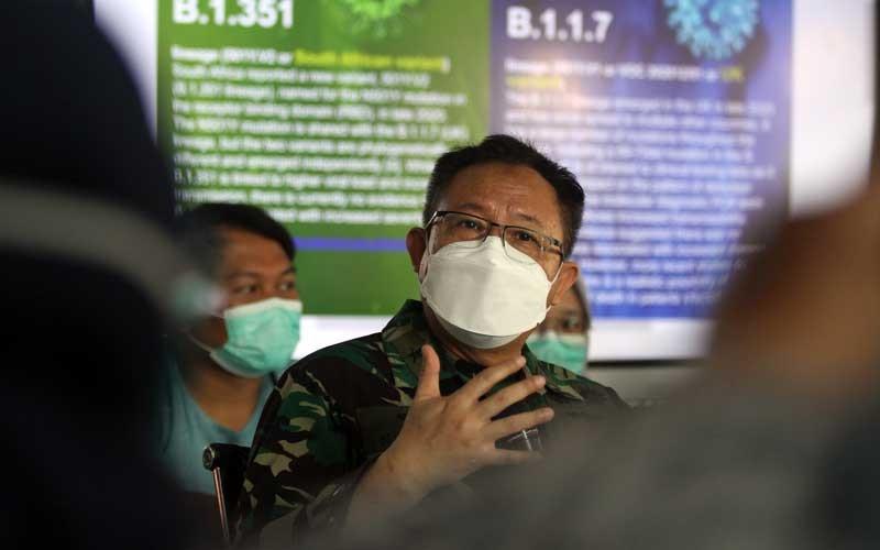 Penanggung Jawab Rumah Sakit Lapangan Indrapura (RSLI) Laksamana Pertama TNI I Dewa Gede Nalendra Djaya Iswara memberikan keterangan pers terkait temuan mutasi virus corona di Surabaya, Jawa Timur, Selasa (18/5/2021). Dalam konferensi pers tersebut dijelaskan dua varian mutasi virus corona yaitu B.1.1.7 asal Inggris dan B.1.351 dari Afrika Selatan yang dibawa oleh pekerja migran dan masih dirawat di ruang khusus di RS Lapangan Indrapura. ANTARA FOTO/Moch Asim