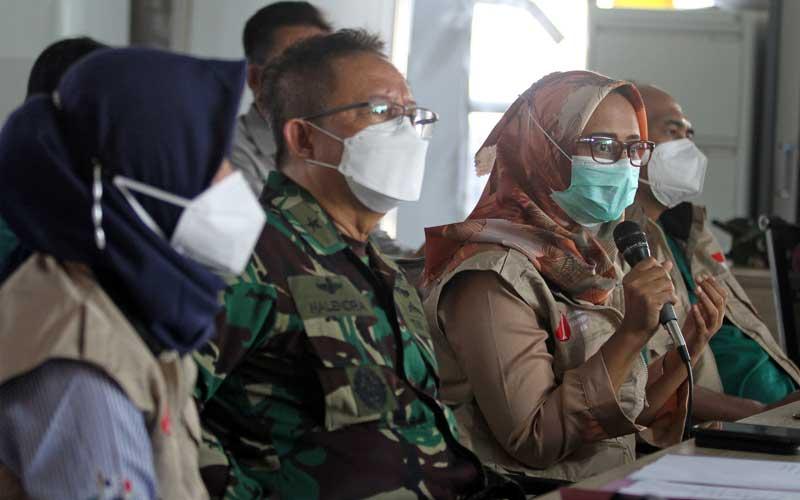 Penanggung Jawab Rumah Sakit Lapangan Indrapura (RSLI) Laksamana Pertama TNI I Dewa Gede Nalendra Djaya Iswara (kedua kiri), Dokter Spesialis Patologi Klinis Fauqa Arinil Aulia (kedua kanan), Dokter Spesialis Paru Nevy Shinta Damayanti (kiri) dan Dokter Spesialis Bedah Agus Hariyanto (kanan) memberikan keterangan pers terkait temuan mutasi virus corona di Surabaya, Jawa Timur, Selasa (18/5/2021). Dalam konferensi pers tersebut dijelaskan dua varian mutasi virus corona yaitu B.1.1.7 asal Inggris dan B.1.351 dari Afrika Selatan yang dibawa oleh pekerja migran dan masih dirawat di ruang khusus di RS Lapangan Indrapura. ANTARA FOTO/Moch Asim