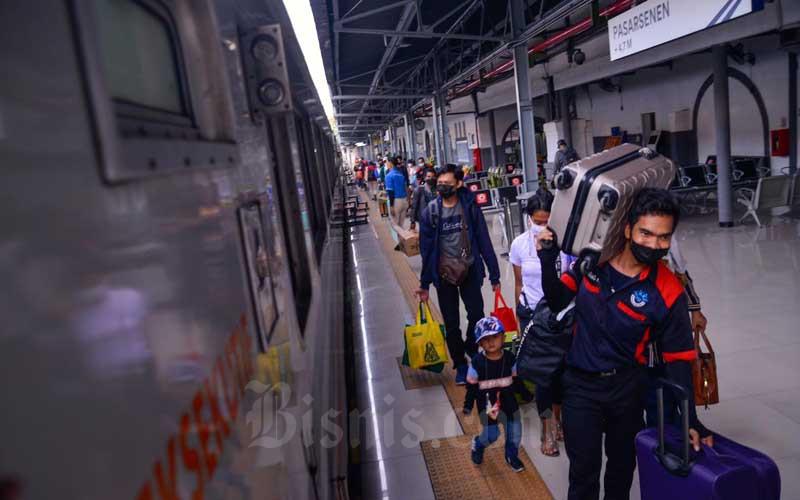 Porter membawa barang bawaan penumpang di Stasiun Pasar Senen, Jakarta, Selasa (18/5/2021). VP Public Relations PT Kereta Api Indonesia (Persero) atau KAI Joni Martinus mengatakan di hari pertama pasca berakhirnya larangan mudik 6-17 Mei, penjualan tiket kereta melonjak hingga 5 kali lipat. Secara keseluruhan jumlah tiket yang terjual pada 18 Mei adalah sekitar 60.000 tiket atau meningkat lebih kurang 5 kali lipat dibanding 17 Mei dimana KAI melayani 11.000 pelanggan. Bisnis/Fanny Kusumawardhani