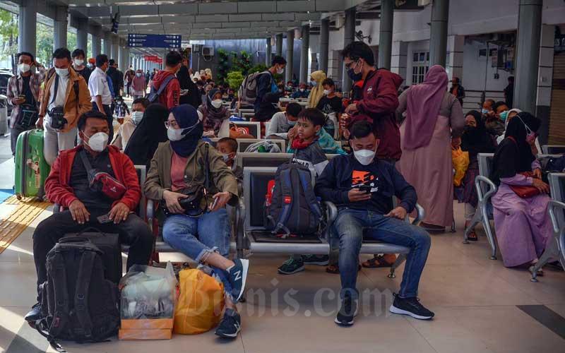 Calon penumpang menanti kedatangan kereta di Stasiun Pasar Senen, Jakarta, Selasa (18/5/2021). VP Public Relations PT Kereta Api Indonesia (Persero) atau KAI Joni Martinus mengatakan di hari pertama pasca berakhirnya larangan mudik 6-17 Mei, penjualan tiket kereta melonjak hingga 5 kali lipat. Secara keseluruhan jumlah tiket yang terjual pada 18 Mei adalah 60.000 tiket atau meningkat lebih kurang 5 kali lipat dibanding 17 Mei dimana KAI melayani 11.000 pelanggan. Bisnis/Fanny Kusumawardhani