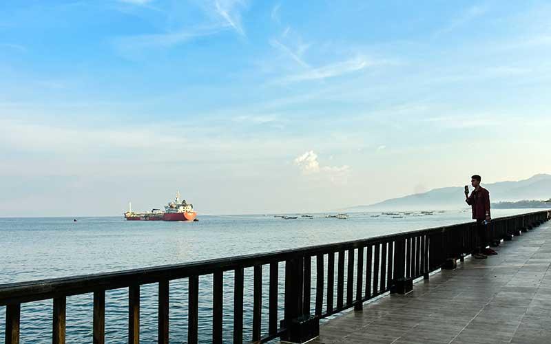 """Seorang pria berada di obyek wisata pantai Ampenan yang ditutup di Ampenan, Mataram, NTB, Rabu (19/5/2021). Pemerintah Kota Mataram menutup semua destinasi wisata pantai yang biasanya ramai dikunjungi warga saat merayakan tradisi """"Lebaran Topat"""" di Lombok hingga 20 Mei 2021 untuk mengantisipasi terjadinya kerumunan dan mencegah penyebaran Covid-19, ANTARA FOTO/Ahmad Subaidi"""