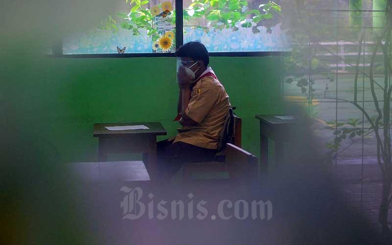Suasana uji coba pembelajaran tatap muka tahap dua di SDN Kenari 07, Jakarta, Rabu (9/6/2021). Pemerintah Provinsi DKI Jakarta memulai uji coba tahap kedua sekolah tatap muka pada hari ini (9/7). Pelaksanaan uji coba sekolah tatap muka tahap kedua ini berlangsung selama tiga minggu hingga 26 Juni 2021 mendatang. Kasubag Dinas Pendidikan DKI Jakarta Taga Radja Gah mengatakan, tercatat 226 sekolah di wilayah Jakarta yang akan mengikuti pembelajaran tatap muka secara terbatas. Bisnis/Fanny Kusumawardhani