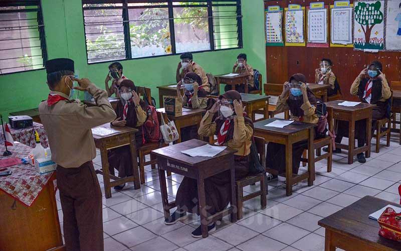 Suasana uji coba pembelajaran tatap muka tahap dua di SDN Kenari 07, Jakarta, Rabu (9/6/2021). Pemerintah Provinsi DKI Jakarta memulai uji coba tahap kedua sekolah tatap muka pada hari ini (9/7). Pelaksanaan uji coba sekolah tatap muka tahap kedua ini berlangsung selama tiga minggu hingga 26 Juni 2021 mendatang.Kasubag Dinas Pendidikan DKI Jakarta Taga Radja Gah mengatakan, tercatat 226 sekolah di wilayah Jakarta yang akan mengikuti pembelajaran tatap muka secara terbatas. Bisnis/Fanny Kusumawardhani