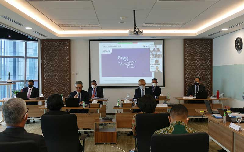 Direktur Keuangan PT Austindo Nusantara Jaya Tbk (ANJ) Lucas Kurniawan memberikan penjelasan saat Rapat Umum Pemegang Saham Tahunan dan Rapat Umum Pemegang Saham Luar Biasa mengenai laporan keuangan dan kinerja tahun 2020, di Jakarta, Rabu (9/6/2021). Pada RUPST dan RUPSLB yang dilanjutkan dengan Paparan Publik Tahunan ini, Lucas Kurniawan, menyampaikan kinerja keuangan ANJ pada yang kuartal pertama 2021 mengalami peningkatan jika dibandingkan dengan kuartal pertama 2020. Pendapatan bersih meningkat dari US$36,8 juta pada kuartal pertama 2020 menjadi US$58,7 juta pada kuartal pertama 2021. ANJ mencatat laba bersih meningkat sebesar US$3,1 juta pada kuartal pertama 2021 dibandingkan rugi bersih pada kuartal pertama 2020 sebesar US$1,2 juta. Bisnis