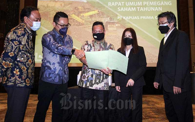 Direktur Utama PT Kapuas Prima Coal Tbk. Harjanto Widjaja (tengah) berbincang dengan Direktur Hendra Susanto William (kedua kiri), Direktur Evelyne kioe (kedua kanan), Direktur Independen Padli Noor (kiri) dan Notaris Satria Amiputra seusai Rapat Umum Pemegang Saham Tahunan (RUPST) PT Kapuas Prima Coal Tbk. (ZINC) di Jakarta, Rabu (9/6/2021). Emiten yang bergerak di bidang pertambangan bijih besi dan Galena di Indonesia ini membidik pertumbuhan produksi mencapai 20-30 persen, atau sekitar 564.000 ton pada 2021. Bisnis/Arief Hermawan P