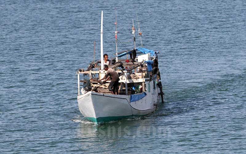 Nelayan berlayar menuju laut lepas untuk menangkap ikan di Makassar, Sulawesi Selatan, Rabu (9/6/2021). Kementerian Kelautan dan Perikanan (KKP) menargetkan dapat menaikkan PNBP hingga Rp12 triliun pada 2024 dengan meningkatkan kegiatan pasca produksi. Target Penerimaan Negara Bukan Pajak (PNBP) itu naik tinggi bila dibandingkan dengan tahun 2020 yang senilai Rp600 miliar. Bisnis/Paulus Tandi Bone