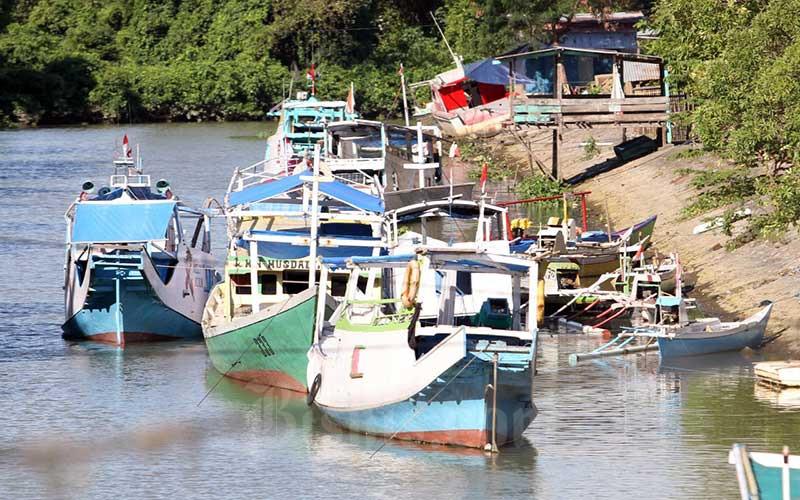 Kapal nelayan terparkir di muara sungai Je'neberang Makassar, Sulawesi Selatan, Rabu (9/6/2021). Kementerian Kelautan dan Perikanan (KKP) menargetkan dapat menaikkan PNBP hingga Rp12 triliun pada 2024 dengan meningkatkan kegiatan pasca produksi. Target Penerimaan Negara Bukan Pajak (PNBP) itu naik tinggi bila dibandingkan dengan tahun 2020 yang senilai Rp600 miliar. Bisnis/Paulus Tandi Bone