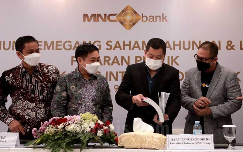 PT Bank MNC Internasional Tbk. Mahdan (dari kiri), Direktur Teddy Tee, Executive Chairman MNC Group Hary Tanoesoedibjo dan CTO MNC Group Yudi Hamka berbincang usai Rapat Umum Pemegang Saham Luar Biasa (RUPSLB) di Jakarta, Rabu (9/6/2021). Pemegang saham menyetujui rencana Penambahan Modal Perseroan Tanpa Hak Memesan Efek Terlebih Dahulu (Non HMETD) dan rencana Penambahan Modal Dengan Hak Memesan Efek Terlebih Dahulu (HMETD) dalam RUPSLB hari ini. Dana yang diperoleh dari dua aksi korporasi tersebut akan digunakan untuk memperkuat struktur permodalan MNC Bank, memperluas kapasitas pinjaman MNC Bank dan akuisisi nasabah secara digital untuk mendukung pertumbuhan bisnis. Bisnis/Nurul Hidayat
