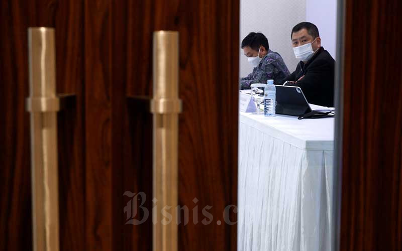 Executive Chairman MNC Group Hary Tanoesoedibjo (kanan) dan Direktur PT Bank MNC Internasional Tbk. Teddy Tee memberikan penjelasan usai Rapat Umum Pemegang Saham Luar Biasa (RUPSLB) di Jakarta, Rabu (9/6/2021). Pemegang saham menyetujui rencana Penambahan Modal Perseroan Tanpa Hak Memesan Efek Terlebih Dahulu (Non HMETD) dan rencana Penambahan Modal Dengan Hak Memesan Efek Terlebih Dahulu (HMETD) dalam RUPSLB hari ini. Dana yang diperoleh dari dua aksi korporasi tersebut akan digunakan untuk memperkuat struktur permodalan MNC Bank, memperluas kapasitas pinjaman MNC Bank dan akuisisi nasabah secara digital untuk mendukung pertumbuhan bisnis. Bisnis/Nurul Hidayat