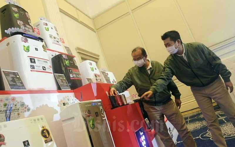 President Director PT Sharp Electronics Indonesia Shinji Teraoka (kanan) dan Sr. National Sales General Manager Andry Adi Utomo berbincang bersama di sela-sela peluncuran produk terbaru PT Sharp Electronics Indonesia di Jakarta, Rabu (9/6/2021). Sharp Indonesia meluncurkan tiga rangkaian produk Air Purefier atau penjernih udara terbaru yaitu seri KI-L80Y-T, Kl-L60Y-W dan FP-J50Y-H. Bisnis/Himawan L Nugraha
