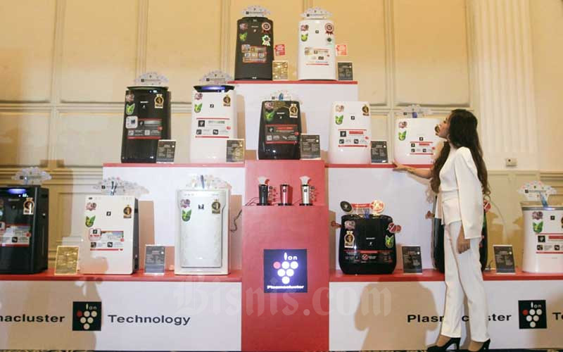 Model menunjukan produk terbaru PT Sharp Electronics Indonesia di sela-sela peluncurannya di Jakarta, Rabu (9/6/2021). PT Sharp Electronics Indonesia meluncurkan tiga rangkaian produk Air Purefier atau penjernih udara terbaru yaitu seri KI-L80Y-T, Kl-L60Y-W dan FP-J50Y-H dengan menambahkan beberapa fitur guna meningkatkan fungsi dan kualitas produk sebelumnya serta produk air conditioner (AC) yaitu YHY Series. Dengan mengusung teknologi AIOT, produk terbaru tersebut dapat dihubungkan menggunakan smartphone melalui aplikasi Sharp Air. Bisnis/Himawan L Nugraha