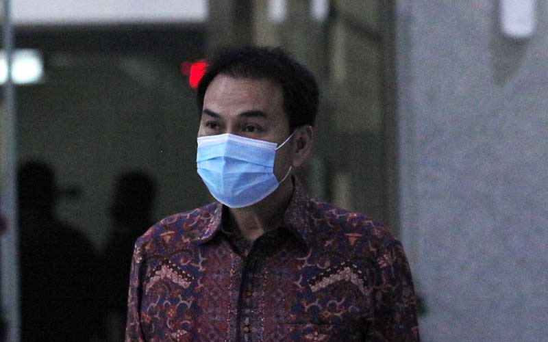 Wakil Ketua DPR Azis Syamsuddin berjalan meninggalkan ruang pemeriksaan di Gedung Merah Putih KPK, Jakarta, Rabu (9/6/2021). Azis Syamsuddin diperiksa sebagai saksi untuk kasus dugaan suap penghentian kasus yang menyeret penyidik KPK Stepanus Robin Pattuju dan Wali Kota Tanjungbalai M. Syahrial. ANTARA FOTO/Reno Esnir