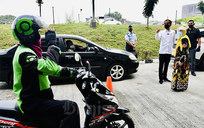 Presiden Joko Widodo (ketiga kanan) didampingi Direktur Utama RSUI Astuti Giantini (kedua kanan) meninjau pelaksanaan vaksinasi pelaksanaan vaksinasi kepada ratusan mitra Gojek, tenaga kesehatan, dosen, tenaga pendidik, guru, lansia, pemadam kebakaran, pelayan publik, dan penyedia layanan transportasi di RSUI Kota Depok, Jawa Barat, Rabu (9/6/2021). Dalam pidatonya, Presiden Joko Widodo berharap proses vaksinasi ini tidak hanya berjalan di sini saja, tetapi di daerah-daerah lain di provinsi-provinsi yang lain juga bergerak secara cepat. Keikutsertaan Gojek dalam proses vaksinasi ini juga bertujuan untuk mendukung percepatan program vaksinasi Covid-19 di kota Depok. BPMI Setpres