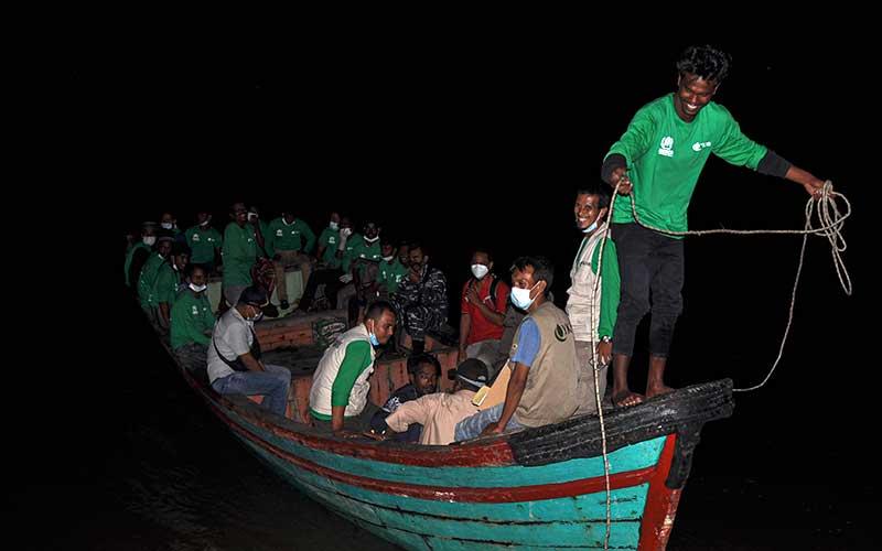 Sejumlah Imigran Rohingya asal Myanmar bersiap untuk direlokasi di Pulau Idaman, Desa Kuala, Kecamatan Simpang Ulim, Kabupaten Aceh Timur, Aceh, Rabu (9/6/2021). Sebanyak 81 imigran etnis Rohingya direlokasi ke Medan, Sumatera Utara. ANTARA FOTO/Hayaturrahmah