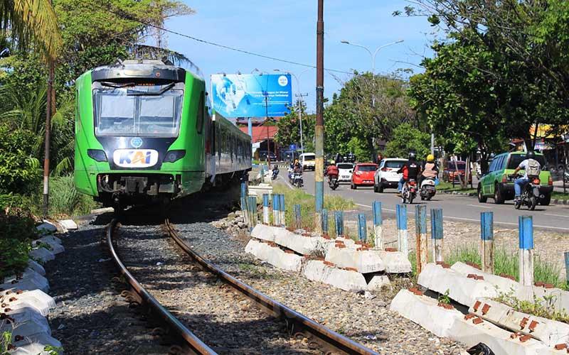 Kereta api Minangkabau Ekspres saat melintasi rel di kawasan Jalan Adinegoro, Lubuk Buaya, Kota Padang, Sumatra Barat, Kamis (10/6/2021). PT Kereta Api Indonesia (KAI) menyatakan jumlah pelintasan sebidang secara nasional mencapai 4.680 dengan mayoritas 73 persen pelintasan di antaranya tidak dijaga. Pelintasan sebidang yang paling banyak tersebar di wilayah Daop 8 dengan jumlah 559 pelintasan, dengan jumlah yang tidak dijaga terbanyak mencapai 305 pelintasan.Bisnis/Noli Hendra