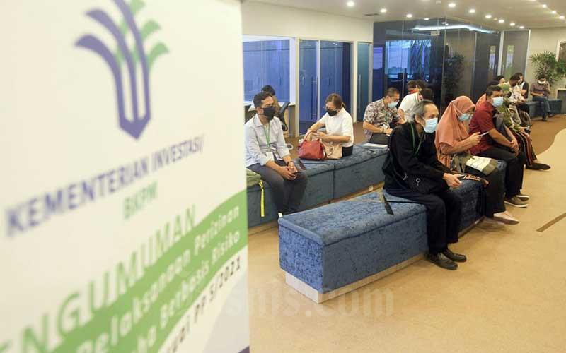 Calon investor mengantre di kantor Kementerian Investasi/BKPM di Jakarta, Kamis (10/6/2021). Kementerian Investasi/Badan Koordinasi Penanaman Modal (BKPM) menyampaikan bahwa Presiden Joko Widodo meminta agar bisa mendapatkan investasi antara Rp1.100 triliun sampai Rp1.200 triliun tahun depan. Hal itu karena pertumbuhan ekonomi Indonesia selama ini didominasi oleh sektor konsumsi rumah tangga antara 57 persen sampai 60 persen, sedangkan penanaman modal 30 persen. Bisnis/Himawan L Nugraha