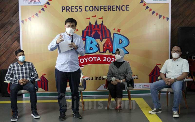 West Region General Manager Kalla Toyota Andyka Susanto (kedua kiri) bersama Marketing and Customer First General anager Fajriaty Muhammadiah (kedua kanan), Branch Manager Toyota Astra Finance Erwan Mulyanto (kanan), dan Branch Manager ACC Makassar Raditya Anjana memberikan keterangan terkait Gebyar Toyota di Makassar, Kamis (10/6/2021). Kalla Toyota menargetkan menjual 360 unit selama pameran yang berlangsung 10 hari dari tanggan 11-20 Juni 2021. Bisnis/Paulus Tandi Bone