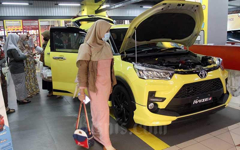 Pengunjung melihat mobil di showroom Kalla Toyota di Makassar, Kamis (10/6/2021). Kalla Toyota menargetkan menjual 360 unit selama pameran Gebyar Toyota yang berlangsung 10 hari dari tanggan 11-20 Juni 2021. Bisnis/Paulus Tandi Bone