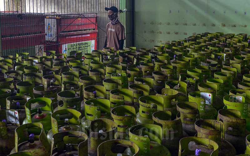 Pekerja menata tabung LPG 3 kilogram di Jakarta, Kamis (10/6/2021). Pemerintah berencana untuk melakuan transformasi kebijakan subsidi LPG 3 kilogram pada tahun 2022. Pasalnya, subsidi LPG 3 kg hingga saat ini tidak tepat sasaran dan membuat beban subsidi menjadi meningkat.Kepala Badan Kebijakan Fiskal (BKF) Febrio N. Kacaribu mengatakan, hal utama yang membuat subsidi ini tidak tepat sasaran adalah adanya inclussion error. Bisnis/Fanny Kusumawardhani