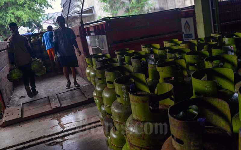 Pekerja menata tabung LPG 3 kilogram di Jakarta, Kamis (10/6/2021). Pemerintah berencana untuk melakuan transformasi kebijakan subsidi LPG 3 kilogram pada tahun 2022. Pasalnya, subsidi LPG 3 kg hingga saat ini tidak tepat sasaran dan membuat beban subsidi menjadi meningkat. Kepala Badan Kebijakan Fiskal (BKF) Febrio N. Kacaribu mengatakan, hal utama yang membuat subsidi ini tidak tepat sasaran adalah adanya inclussion error. Bisnis/Fanny Kusumawardhani
