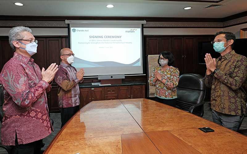Direktur PT Chandra Asri Petrochemical Tbk, Suryandi (kiri) bersama Direktur Keuangan Andre Khor (dua kiri) dan Direktur Corporate Banking PT Bank Mandiri (Persero) Tbk Susana Indah K. Indriati (dua kanan) bersama Senior Vice President Corporate Banking Helmy Afrisa Nugroho (kanan) menandatangani kerja sama fasilitas pembiayaan senilai total ekuivalen Rp5 triliun antara Chandra Asri dengan Bank Mandiri di Jakarta, Jumat (11/6/2021). Chandra Asri mendapatkan fasilitas term loan dari Bank Mandiri senilai US$280 juta atau sekitar Rp4 triliun (kurs Rp14.285 per dollar AS) bertenor selama 7 tahun dan fasilitas account receivables financing dengan total limit sebesar Rp1 triliun bertenor 2 tahun yang akan digunakan untuk membiayai operasional Perseroan dalam rangka menunjang rencana ekspansi jangka panjang dan memperkuat pertumbuhan industri petrokimia nasional. Bisnis