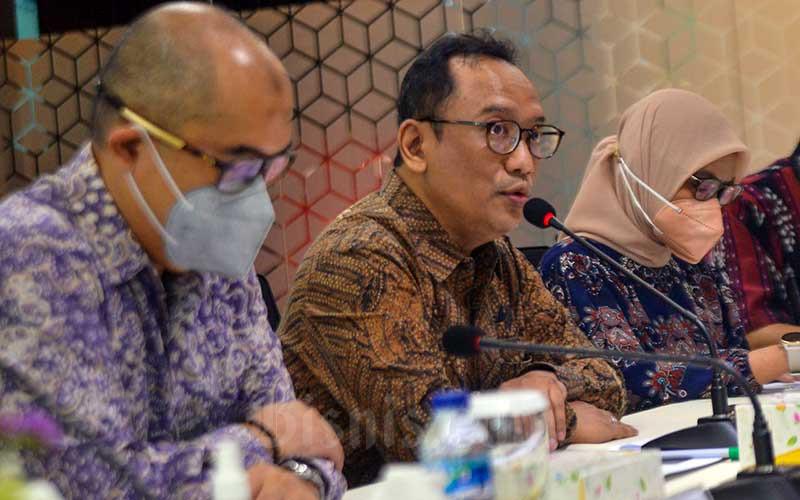 Direktur utama PT Asuransi Jiwa Tugu Mandiri (AJTM)  Hanindio W. Hadi (tengah) menyampaikan paparan kinerja PT Asuransi Jiwa Tugu Mandiri (AJTM) di Jakarta, Jumat (11/6/2021). PT Asuransi Jiwa Tugu Mandiri (AJTM) berhasil mebukakan laba setelah pajak sebesar Rp18,39 miliar, meningkat 119 persen dibanding 2019 sebesar Rp8,39 miliar. Sedangkan total aset meningkat 15 persen dari Rp1,7 triliun menjadi Rp1,96 triliun. Bisnis/Fanny Kusumawardhani